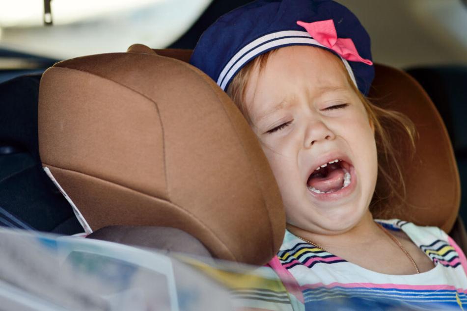 Mutter lässt weinendes Kleinkind in Auto zurück: Unfassbar, wo die Polizei sie dann findet
