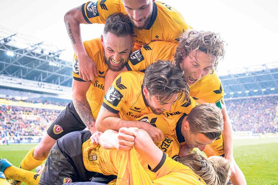 Schwarz-gelber Jubelhaufen und Niklas Kreuzer mittendrin. Bei Dynamo erlebte er in drei Jahren viele emotionale Momente.