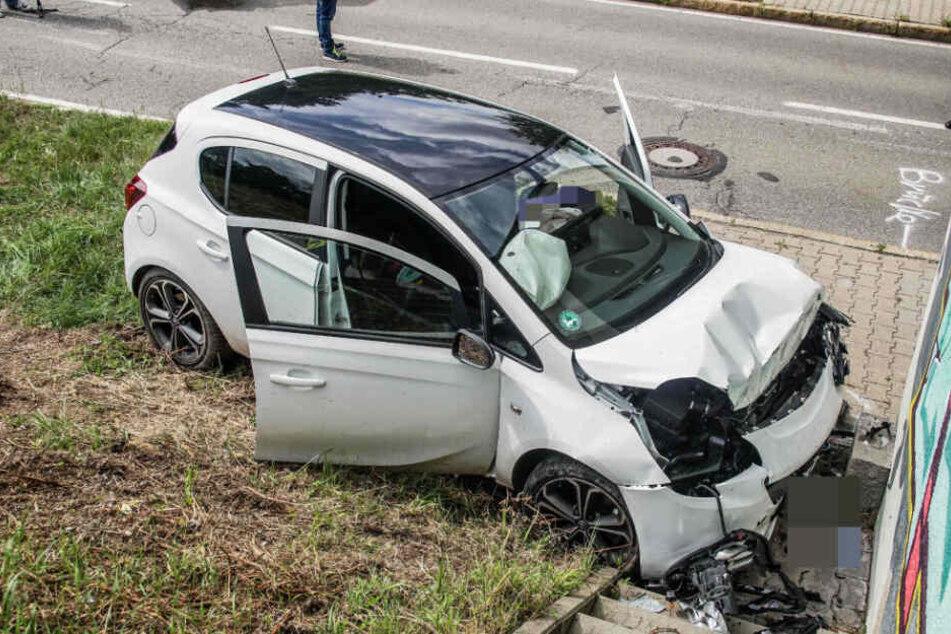 Das Wrack des Opels am Dienstag.