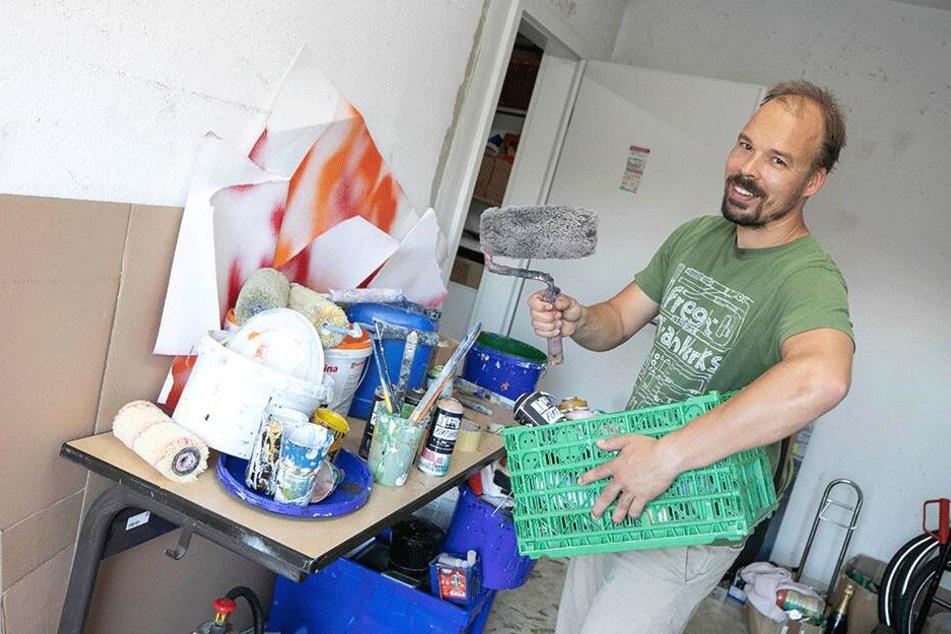 Jens Besser nimmt Klamotten, Spraydosen, Farbe und Papier mit auf die Reise.
