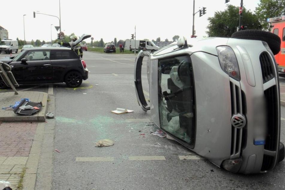 Nach dem Unfall landete ein VW auf der Seite.