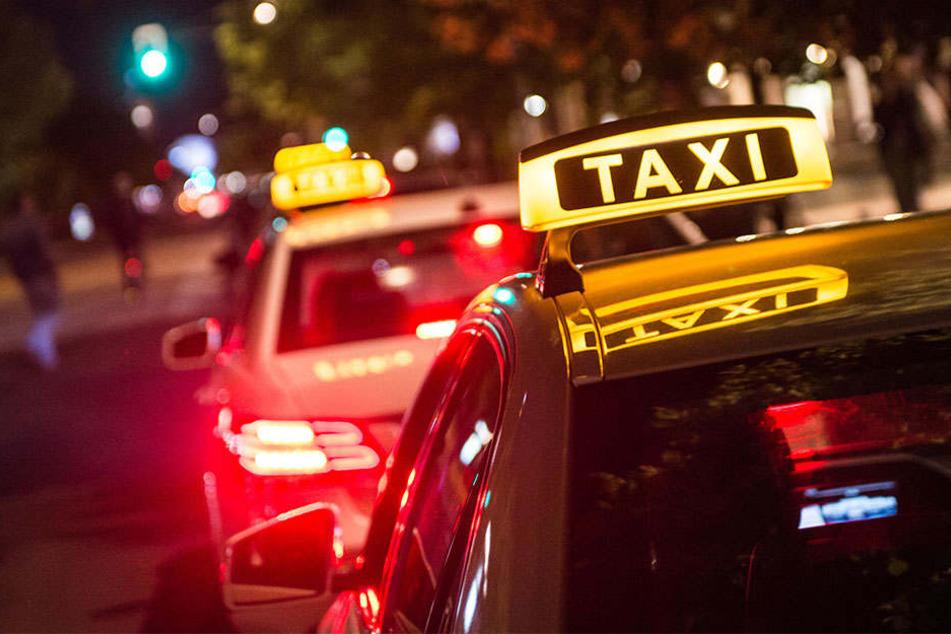 Weil er kein Geld bei sich hatte, wollte ein Kunde dem Taxifahrer das Geld am Ankunftsort übergeben. Doch der Mann tauchte nicht wieder auf.