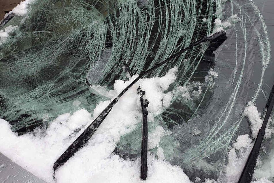 Neben der Frontscheibe wurden auch die Kühlerhaube und das Dach des Autos zerstört.
