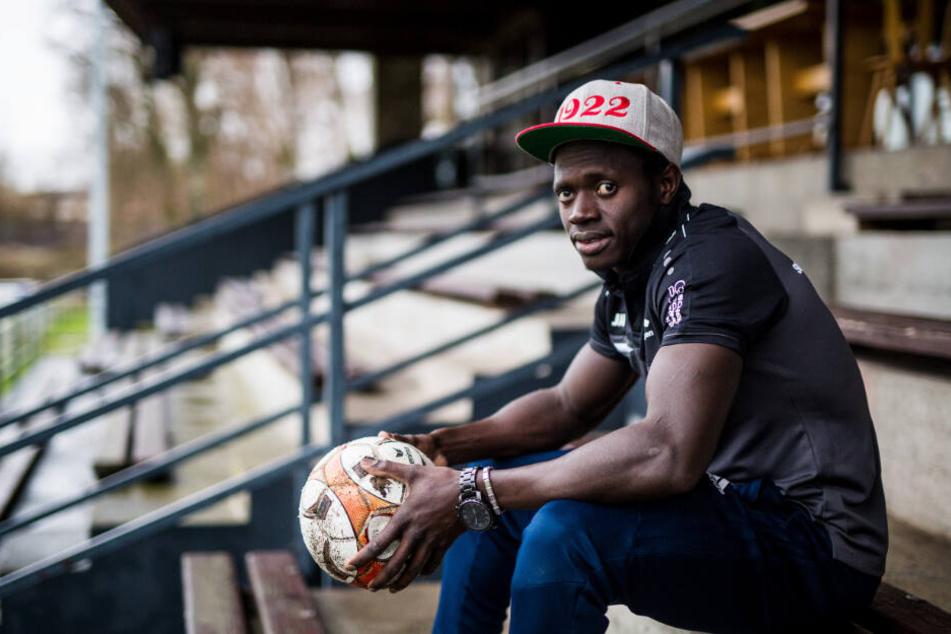 Kebba Manneh sitzt im Wutachstadion auf der Tribüne seines Fußballvereins SC Lauchringen.