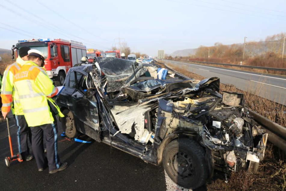 Der Autofahrer musste durch die Feuerwehr aus seinem Pkw befreit werden.