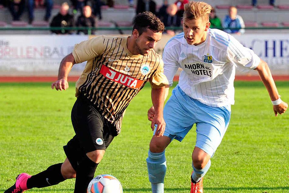 Bereits vor einem Jahr lief der CFC in Flöha auf. In diesem Zweikampf versucht Marcel Kaffenberger (re.), inzwischen nach Lotte gewechselt, Sebastian Cal (Slovan Liberec) den Ball abzujagen.