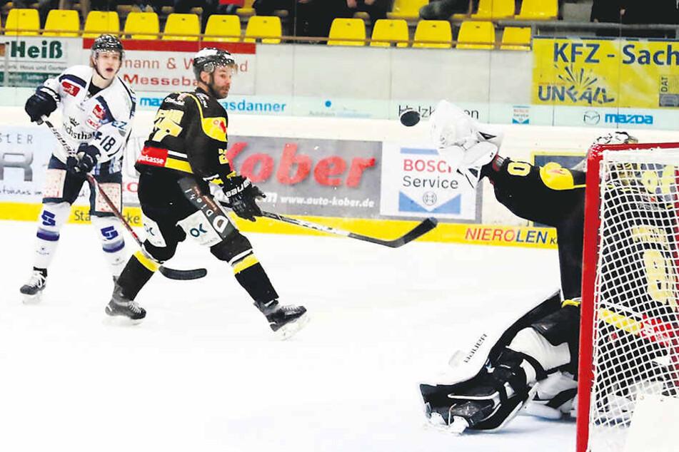 Timo Walter (l.) hat vor Josef Frank abgezogen, aber der Bad Tölzer Goalie Andreas Mechel pflückt den Puck mit seinem Fanghandschuh aus der Luft.