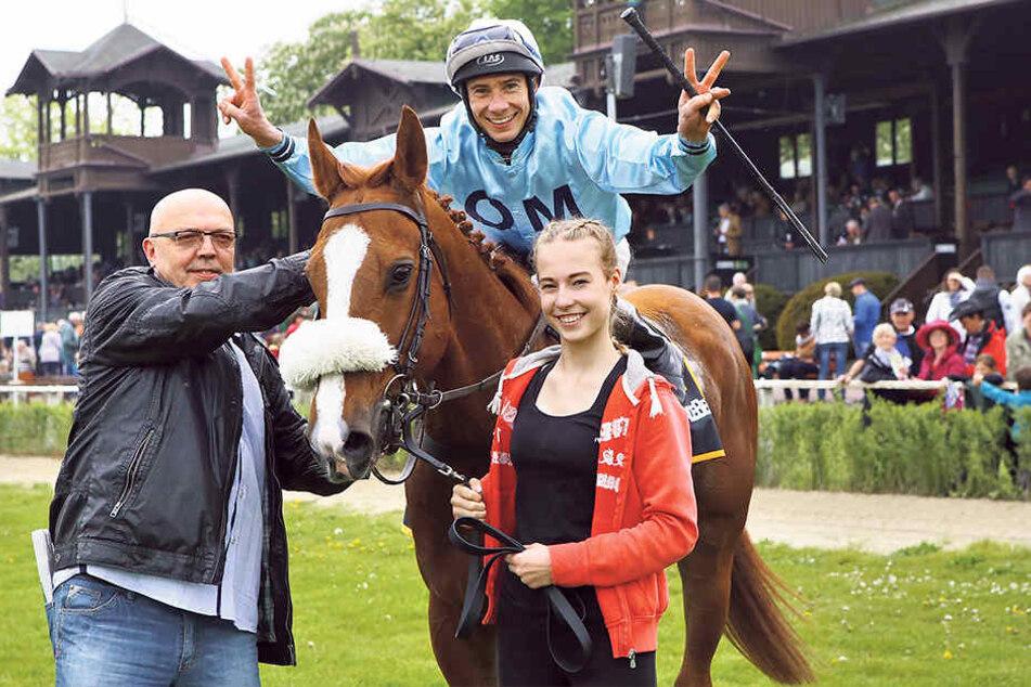 Jockey Michel Cadeddu freut sich mit Gert Barsig (l.), Gatte von Trainerin Claudia Barsig, über den Sieg auf Christo.