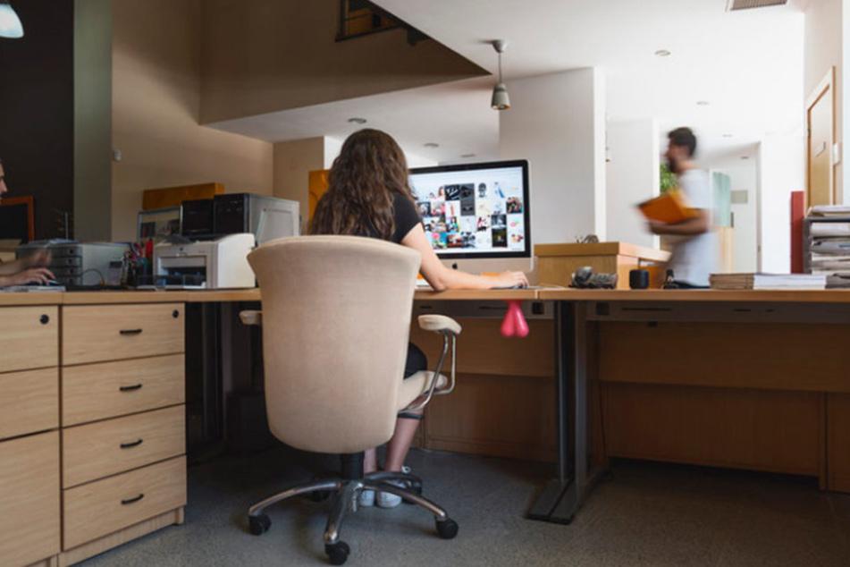 Einfach unterm Schreibtisch befestigen und zugreifen.
