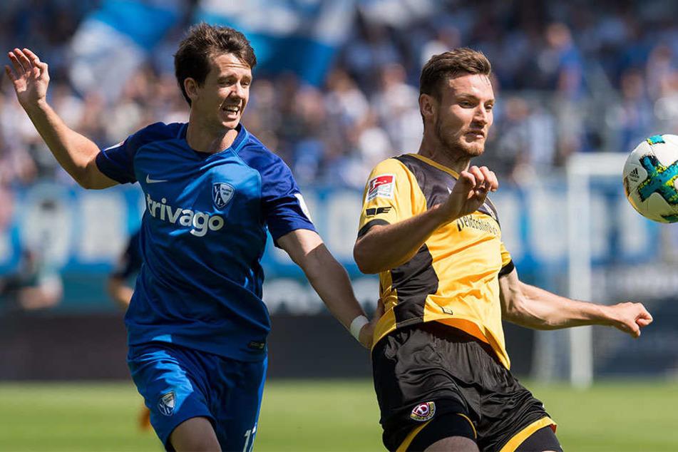 Der Bochumer Robbie Kruse und der Dresdner Florian Ballas haben den Ball im Blick.