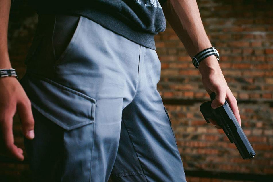 Erst drohte der Mann den Bewohnern eines Mehrfamilienhauses, dann der Polizei. (Symbolbild)