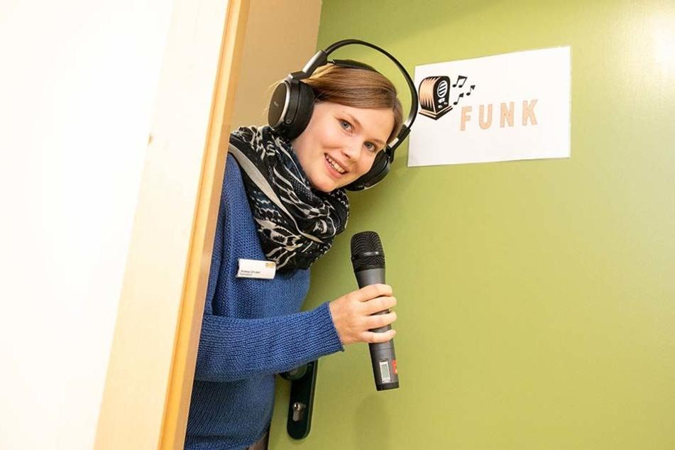 Sie übernimmt das Mikro im Rundfunkraum: Ergotherapeutin Vanessa Schubert (23).