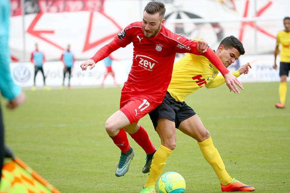 Der 21-jährige Morris Schröter (l.) verlängerte am Freitag seinen Vertrag um zwei Jahre.
