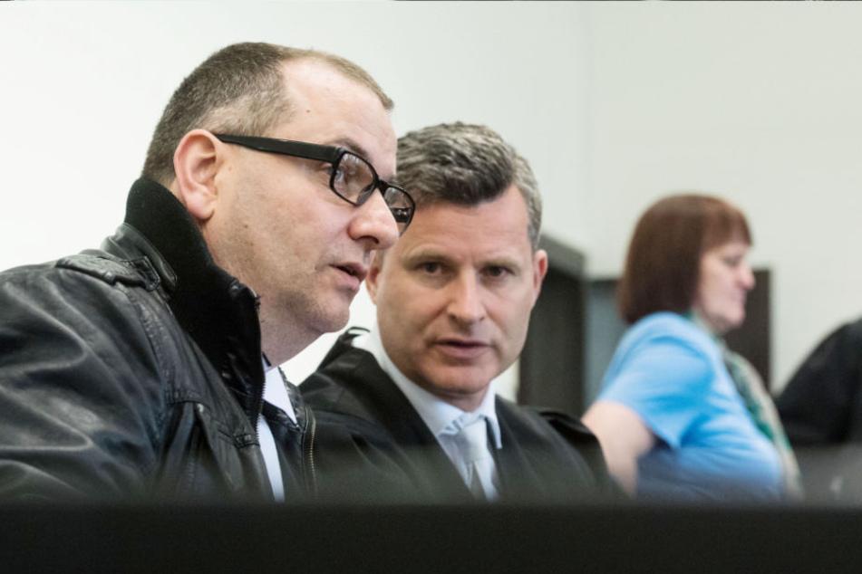 Der Angeklagte Wilfried W. (l.) und sein Anwalt Detlev Binder, sowie die Angeklagte Angelika W. sitzen im Landgericht.