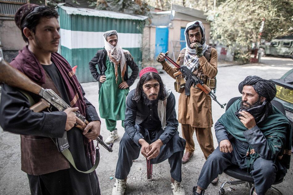 Taliban-Kämpfer halten Wache vor einer Polizeistation in Kabul.