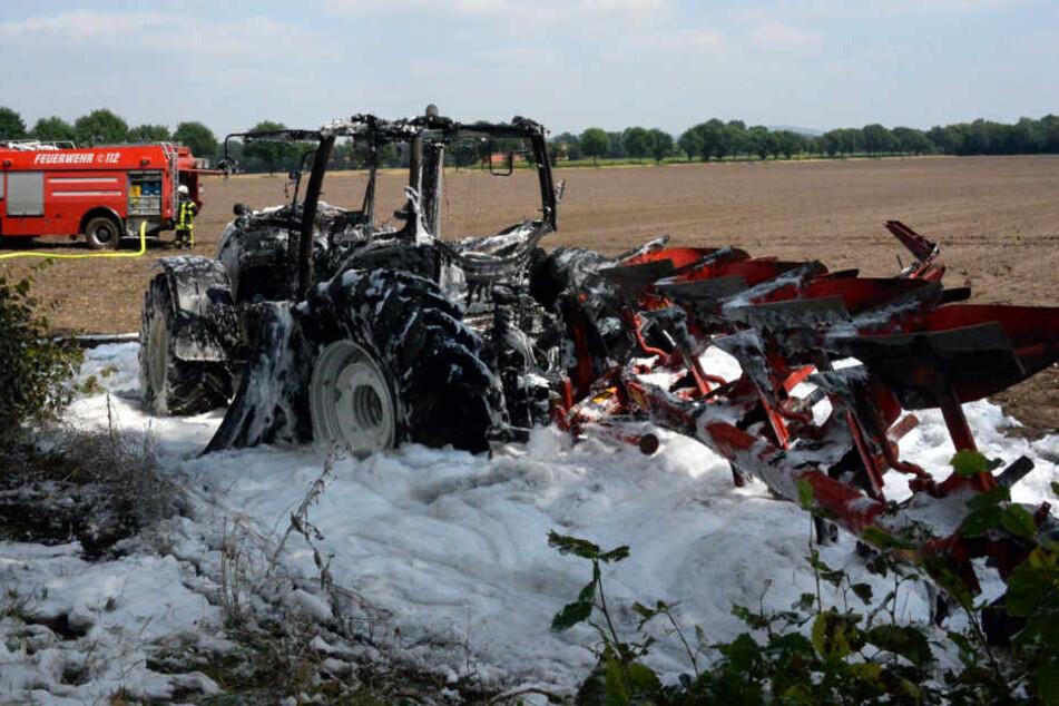 Traktor geht während Feld-Arbeit plötzlich in Flammen auf