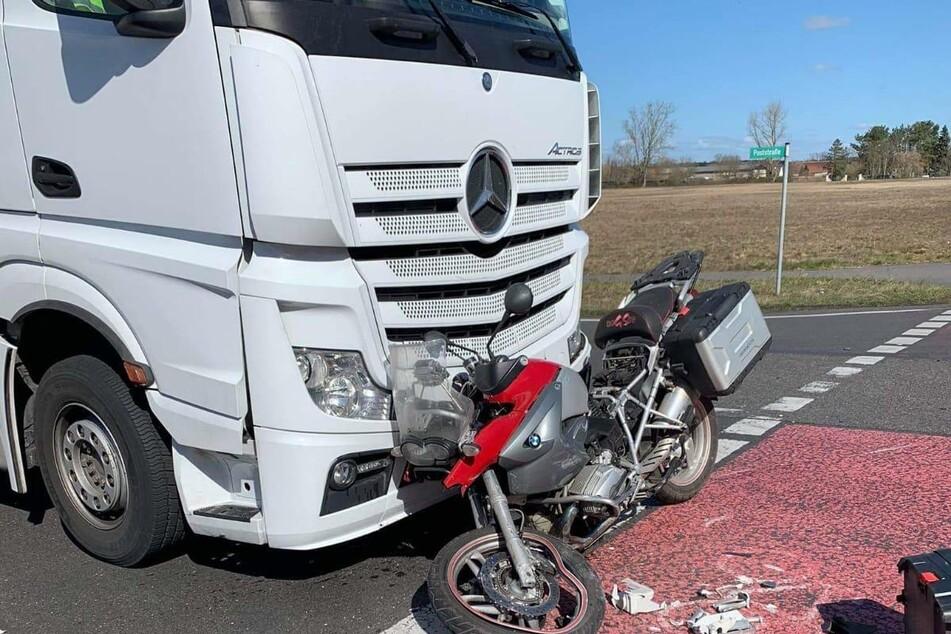 Schwerer Unfall: Lkw-Fahrer übersieht Motorrad
