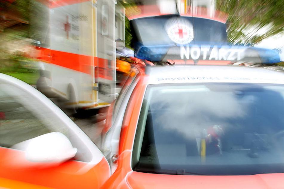 Ein Rettungswagen musste den Schwerverletzten ins Krankenhaus bringen. (Symbolbild)