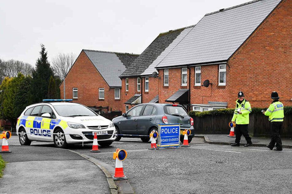 Polizisten kontrollieren Anfang April 2018 die Zufahrt zur Christie Miller Road in Salisbury, nahe dem Haus des Doppelagenten Skripal.