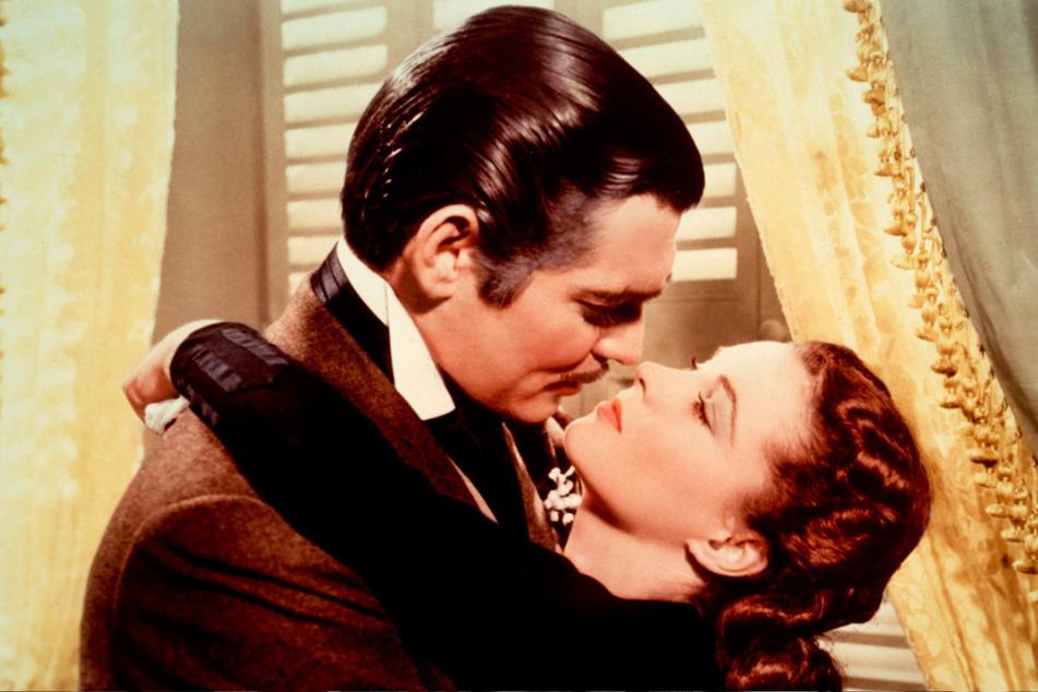 """Vivien Leigh als Scarlett O'Hara und Clark Gable als Rhett Butler in einer Szene des Films """"Vom Winde verweht""""."""