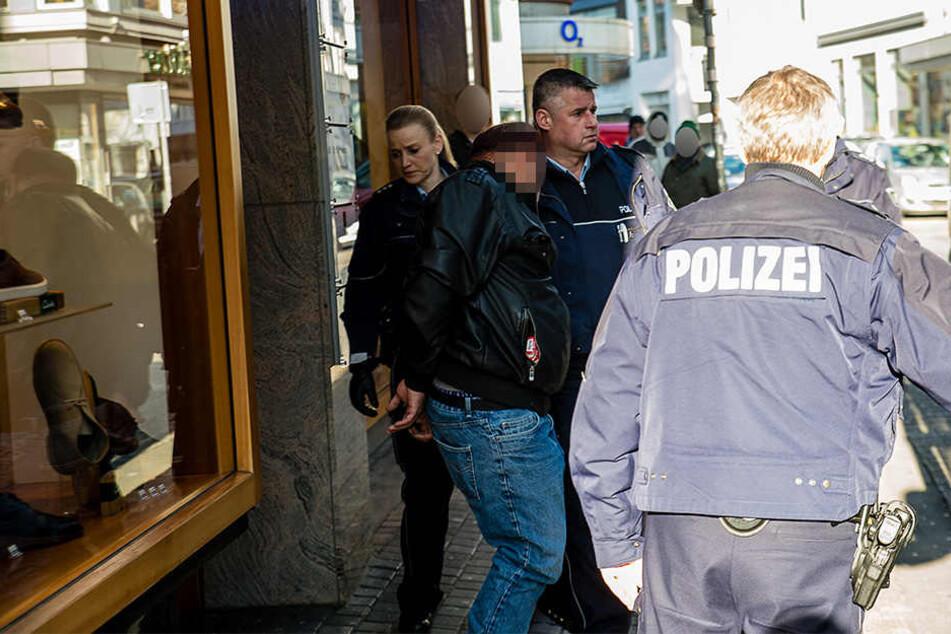 Die Polizei hat den mutmaßlichen Täter abgeführt.