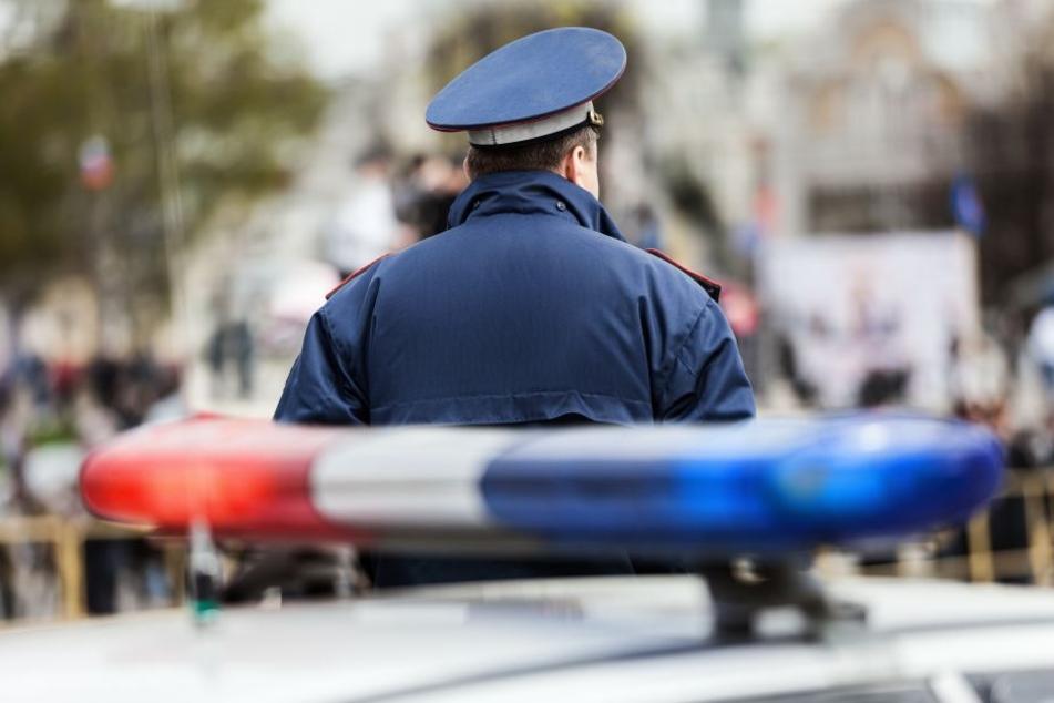 Der bewaffnete Räuber wurde von der Polizei festgenommen (Symbolbild).