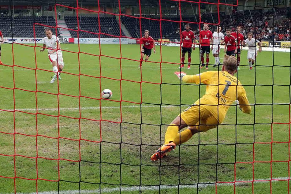 Eine entscheidende Szene von Zwickaus 0:2-Hinspielpleite in Großaspach: Toni Wachsmuth (l.) scheitert mit einem Handelfmeter an Schlussmann Kevin Broll.