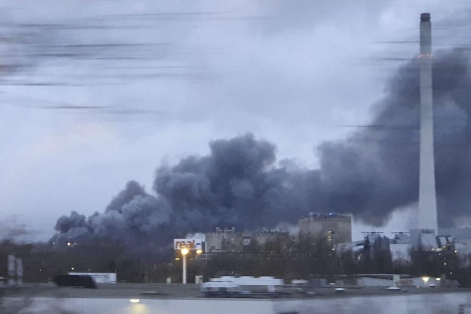 Eine große Rauchwolke ist zu sehen, nachdem in einem Baumarkt ein Feuer ausgebrochen ist.
