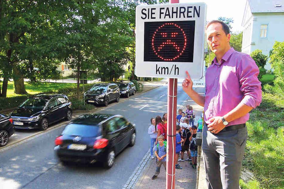 Autofahrer verwirrt: Warum lacht dieser Tempo-Smiley nie?