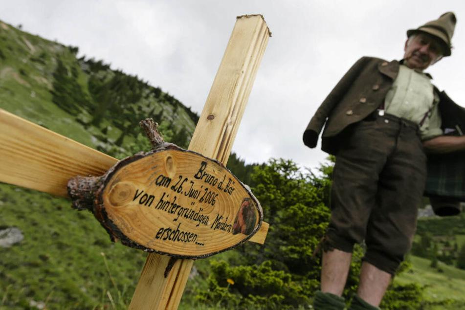 """""""Bruno d. Bär am 26. Juni 2006 von hintergründigen Mördern erschossen."""" Unbekannte haben eine Gedenktafel errichtet."""