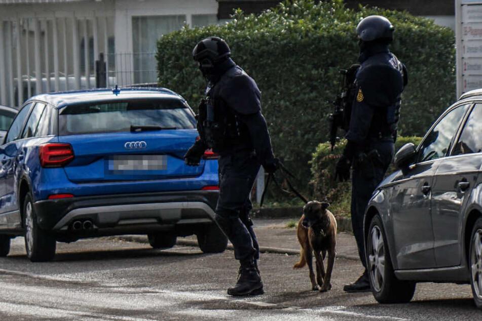 Bewaffnete Polizisten in Korb am Freitag.