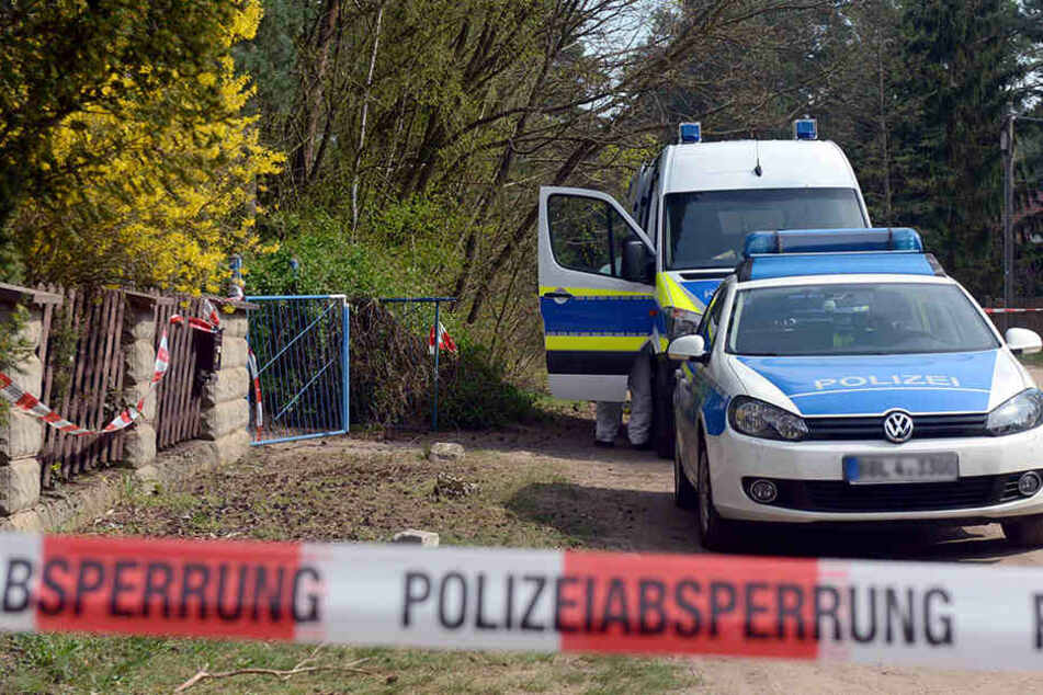 Polizisten sperren am 10. April 2017 in Borkheide (Brandenburg) die Straße ab.