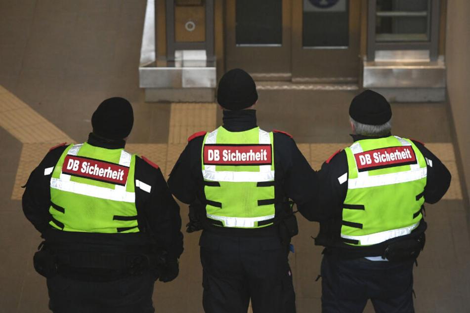 Mitarbeiter der DB-Sicherheit hielten den Mann fest, bis die Polizei eintraf. (Symbolbild)