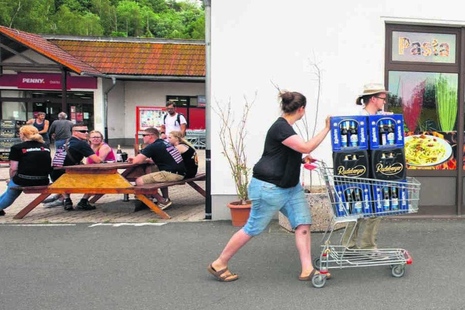 Pfiffige Aktion: Auch diese Supermarkt-Kundin karrte kistenweise Bier davon, damit Neonazis auf dem Trocknen sitzen bleiben.