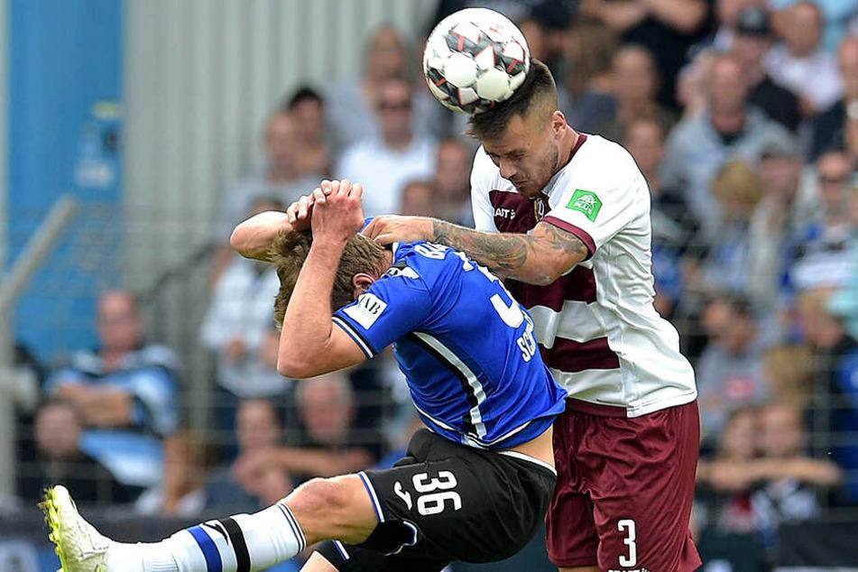 Alle Mann in Deckung! Wenn Dario Dumic (r.) zum Kopfball ansetzt, zieht auch Bielefelds Sven Schipplock lieber zurück.