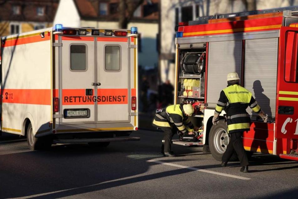 Feuerwehr und Krankenwagen eilten zu den Verletzten. (Symbolbild)
