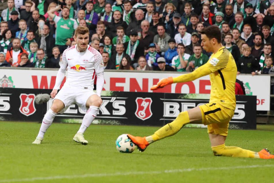 """Und das war sie, die Siegchance für die Roten Bullen: Werner schießt mit rechts, Torhüter Jiri Pavlenka wehrte den Ball mit dem linken Fuß ab. """"Eigentlich macht er die blind"""", sagt Trainer Ralph Hasenhüttl."""