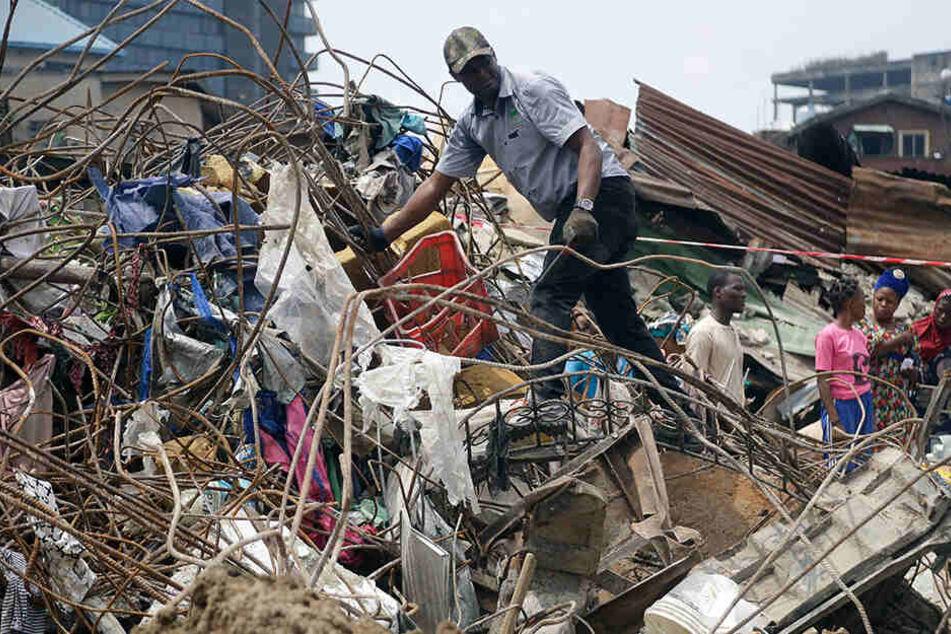 Bei dem Einsturz eines dreistöckigen Gebäudes in der nigerianischen Metropole Lagos sind mindestens acht Menschen ums Leben gekommen.