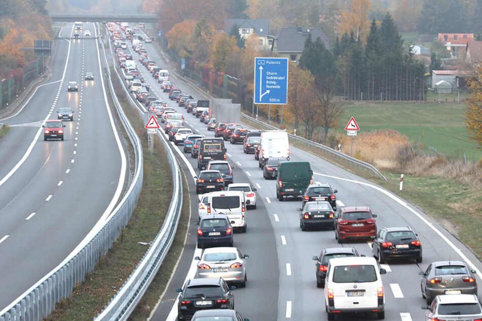 Auf der Autobahn staut sich der Verkehr.