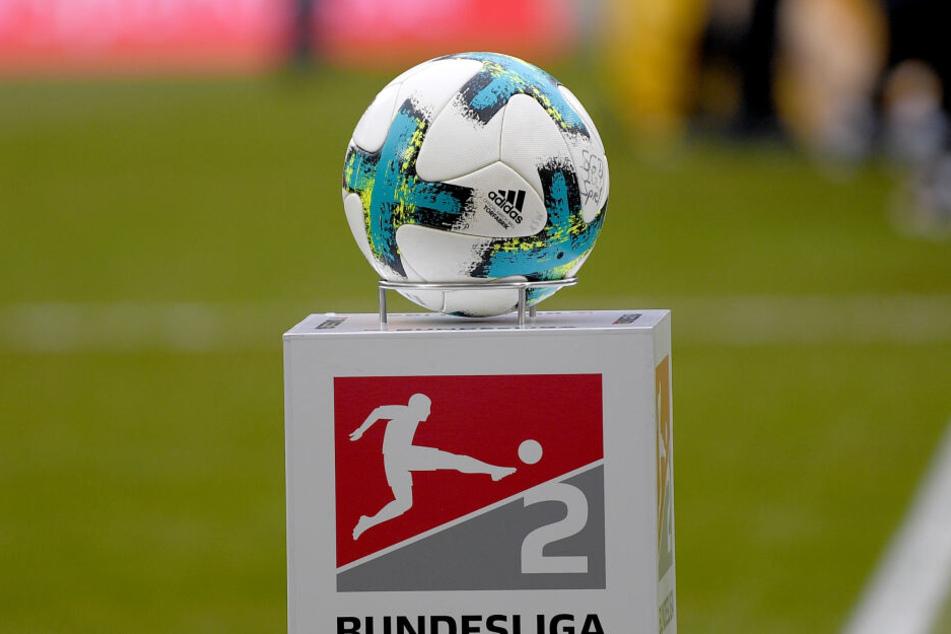 Ein Fußball steht vor dem Spiel auf dem Spielfeld.