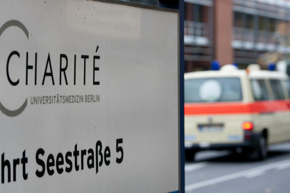 Die Schuld am plötzlichen Tod ihres Kindes gibt sie den behandelnden Ärzten und Schwestern der Berliner Charité.