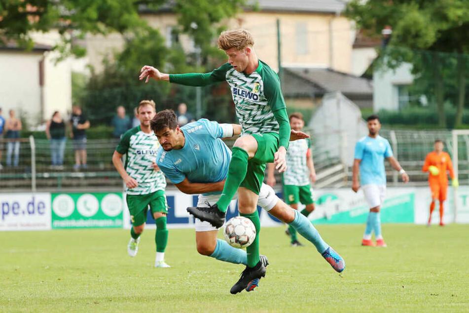 Hatte die beste Chance in der ersten Halbzeit: Chemie Leipzigs Alexander Bury (r., hier gegen Viktoria Berlins Marcus Hoffmann).