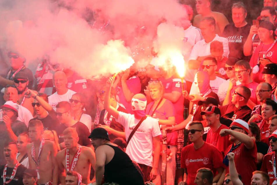 Anhänger des HFC beim Spiel gegen Carl-Zeiss Jena. (Archivbild)