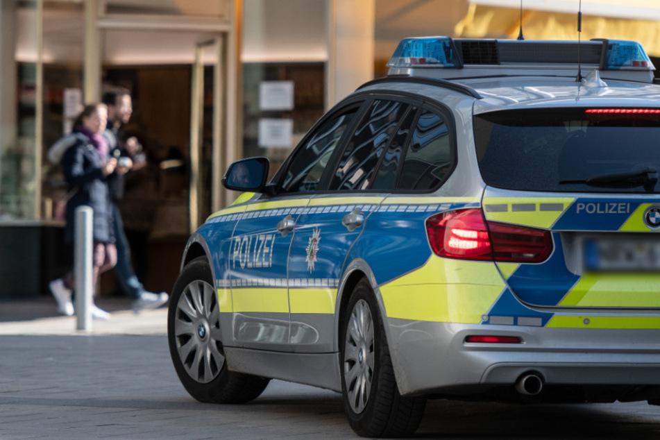Polizeiauto kracht bei wilder Verfolgungsjagd in parkende Autos