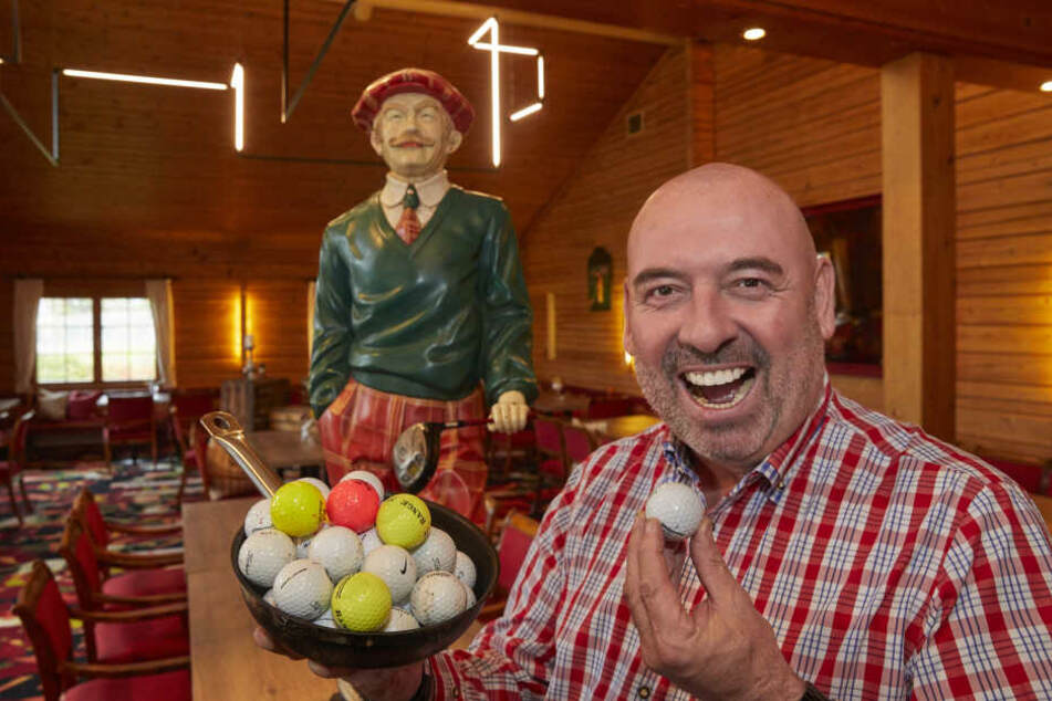 Kocht mit Humor: Wirt Kali Schneider (58) haut schon mal ein paar Golfbälle in die Pfanne.
