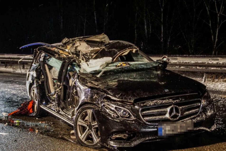 Das Wrack des Mercedes. Der Fahrer war bei Glätte zu schnell unterwegs.