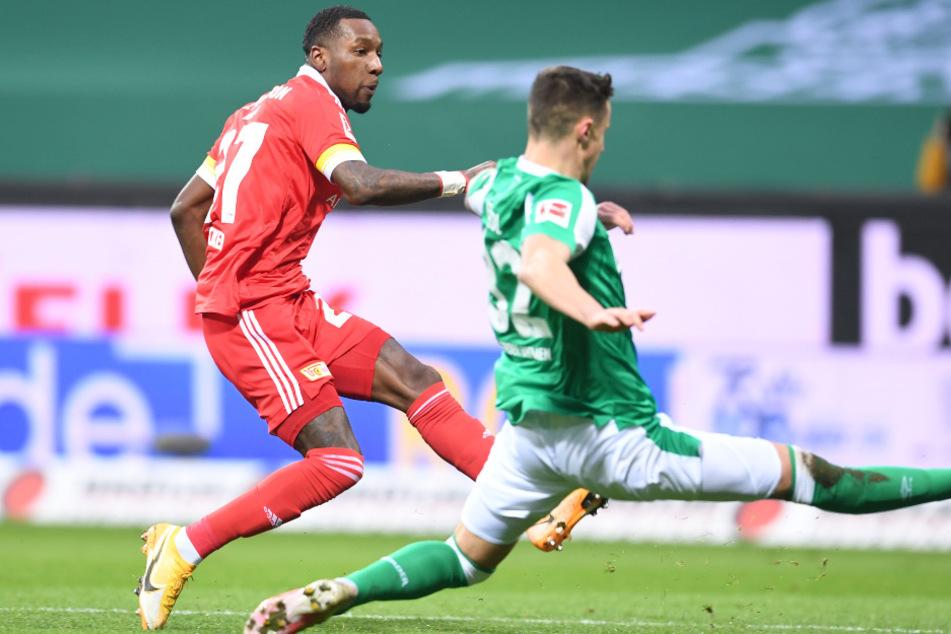 Unions Sheraldo Becker (l.) erzielt an Werders Marco Friedl vorbei das Tor zum 1:0 für die Köpenicker.