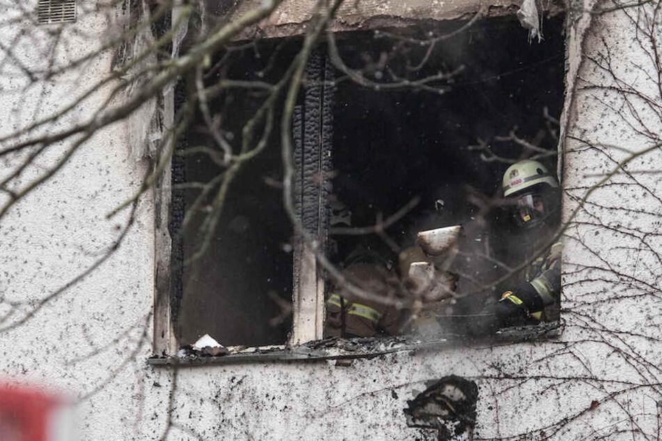 Feuerwehrmänner am Sonntagabend in der ausgebrannten Wohnung in Berlin-Zehlendorf.