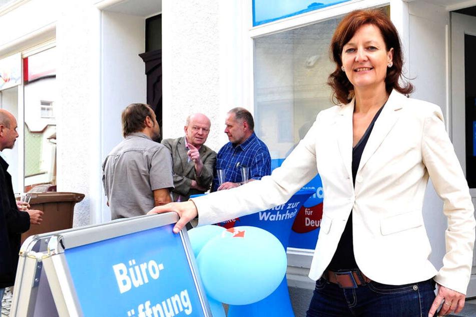 Die Landtagsabgeordneten unterhalten auch Bürger-Büros in den Wahlkreisen. Hier Andrea Kersten aus Mittweida (53, Blaue Partei) vor einem Büro in Limbach-Oberfrohna, das sie im Mai 2016 als damalige Abgeordnete der AfD eröffnete.