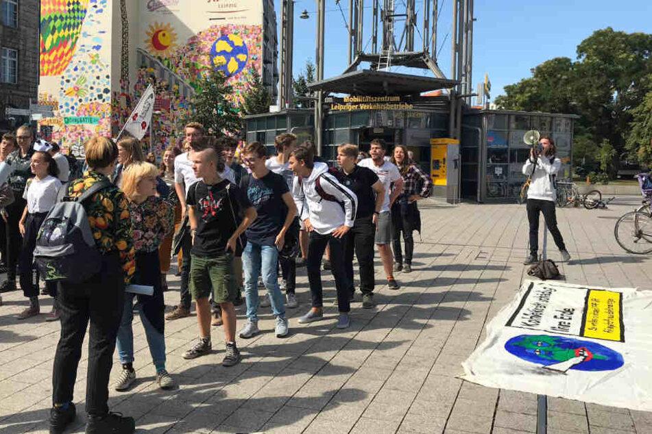 Leipziger Schüler versammelten sich am heutigen Freitagmittag zur Tanzdemo in der Innenstadt.
